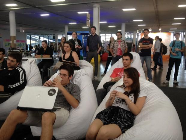 Público atento à palestra, no momento em que o futuro das mídias sociais era debatido