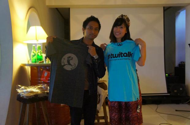 Saling bertukar kaos dengan Pungkas Riandika, Founder #Twitalk