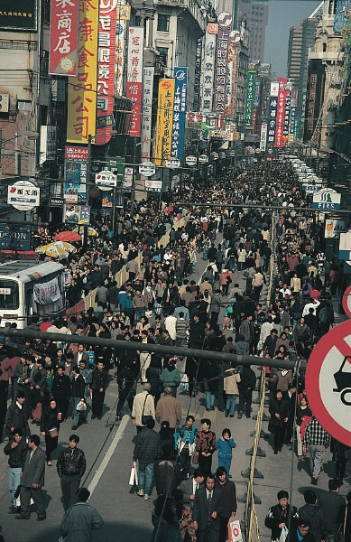 Crowded_Nanjing_Road_in_Shanghai