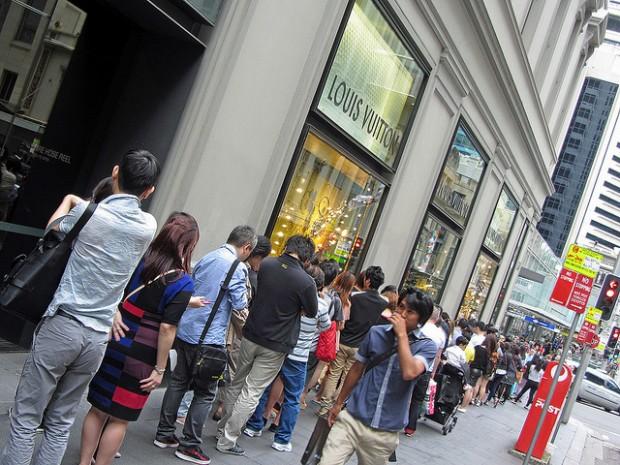 Crowds queue