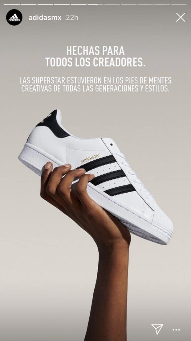 Historia de Instagram de adidas México que presenta una mano sosteniendo el modelo de tenis Superstar